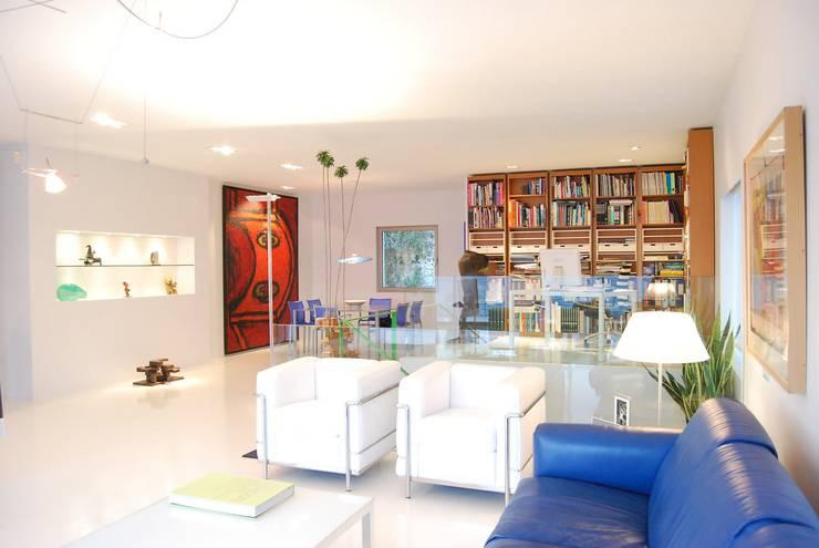 Unifamiliar Moraira: Salones de estilo moderno de Tono Lledó Interioristas S.L.