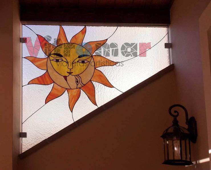 Separador de ambiente sol y luna:  de estilo  de Vitromar Vidrieras Artísticas