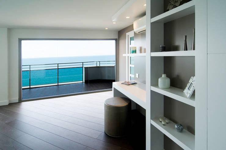Loft frente al mar: Vestíbulos, pasillos y escaleras de estilo  de Blank Interiors