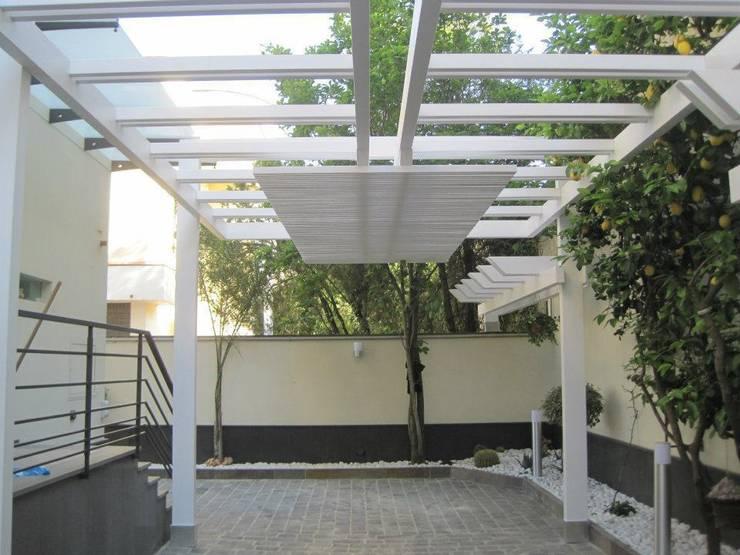 GAZEBO BIANCO : Terrazza in stile  di RicreArt - Italmaxitetto
