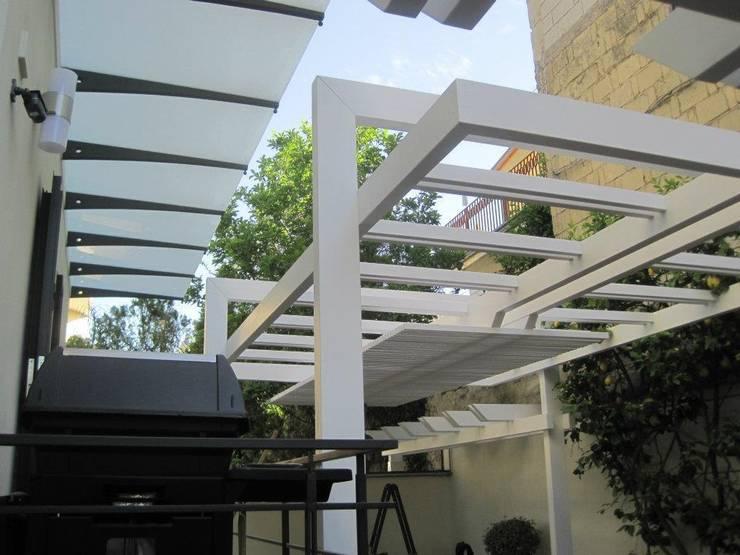 Un pergolato fuori le righe : Giardino in stile  di RicreArt - Italmaxitetto