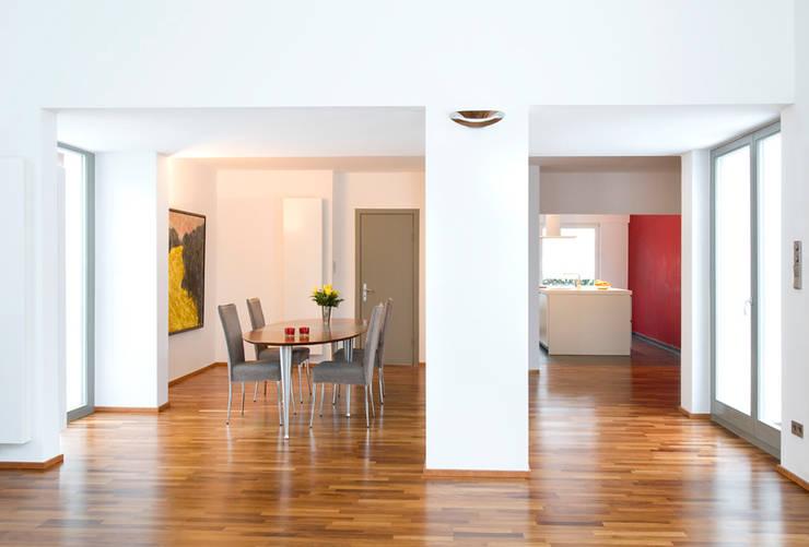 Essplatz Übergang alt- zu Anbau:  Esszimmer von and8 Architekten Aisslinger + Bracht,Modern