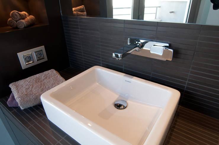 Loft frente al mar: Baños de estilo  de Blank Interiors