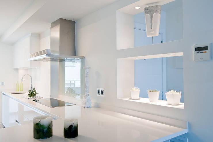 Loft frente al mar: Cocinas de estilo  de Blank Interiors