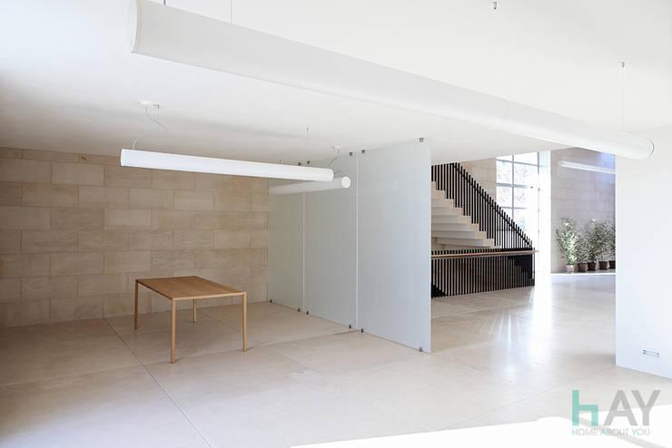 Marble Showroom : Negozi & Locali commerciali in stile  di HAY interiors