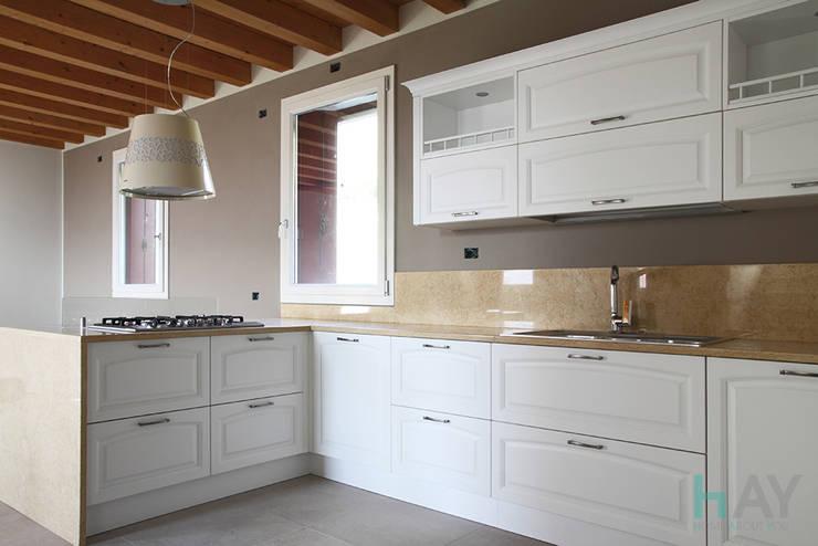 Romantica E Chic: Cucina in stile in stile Moderno di HAY interiors