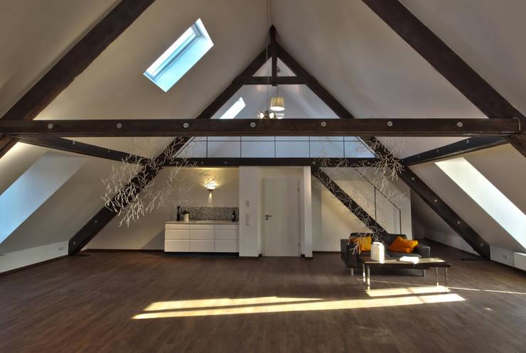 Dachloft:  Wohnzimmer von Lichters Living,