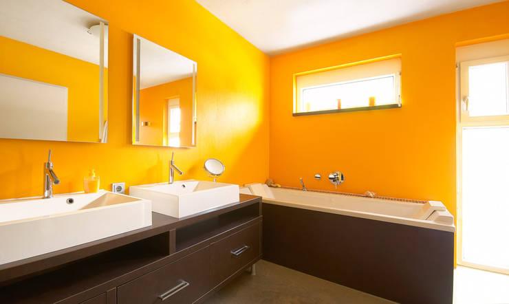 AUSSERGEWÖHNLICHE DOPPELHAUSHÄLFTE: moderne Badezimmer von b2 böhme BAUBERATUNG