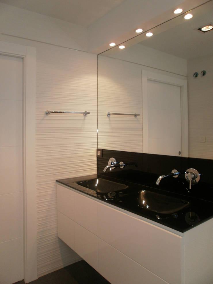 Baños de estilo  por AZ Diseño