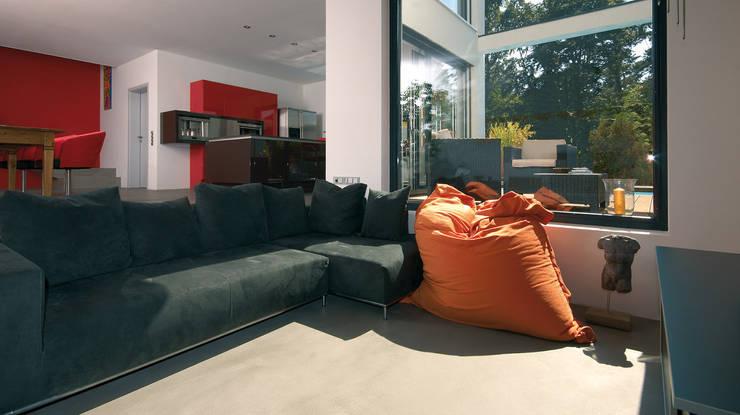 moderne Woonkamer door b2 böhme PROJEKTBAU GmbH