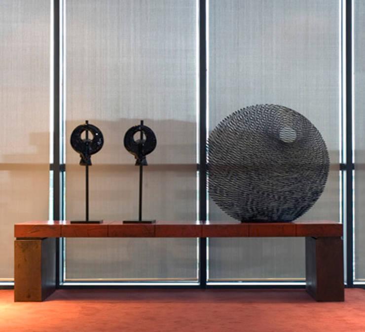 Sala Ascensores: Estudios y despachos de estilo colonial de Dimensi-on