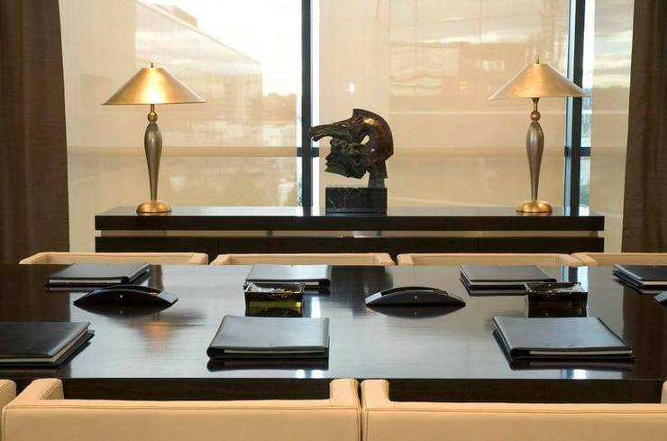 Sala de Juntas Dirección: Estudios y despachos de estilo clásico de Dimensi-on