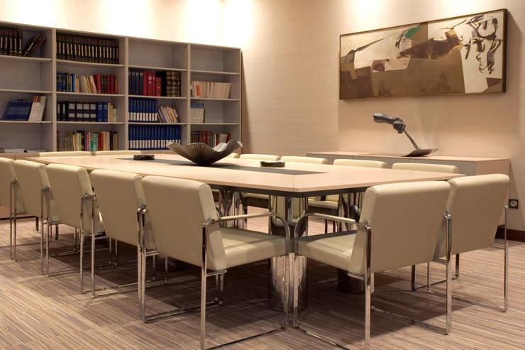 Sala Juntas: Estudios y despachos de estilo colonial de Dimensi-on