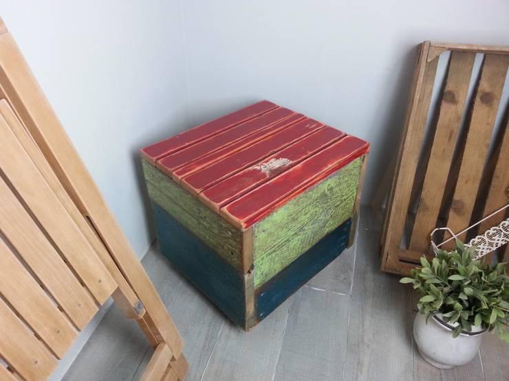 kleiner Hocker aus altem Holz:  Wohnzimmer von Livinxsten
