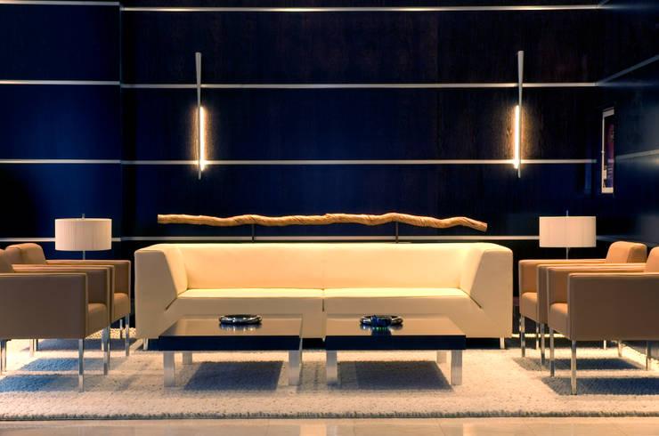 Sala de Espera Recepción: Salones de estilo colonial de Dimensi-on