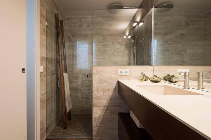 Vivienda con toques Vintage: Baños de estilo  de Blank Interiors