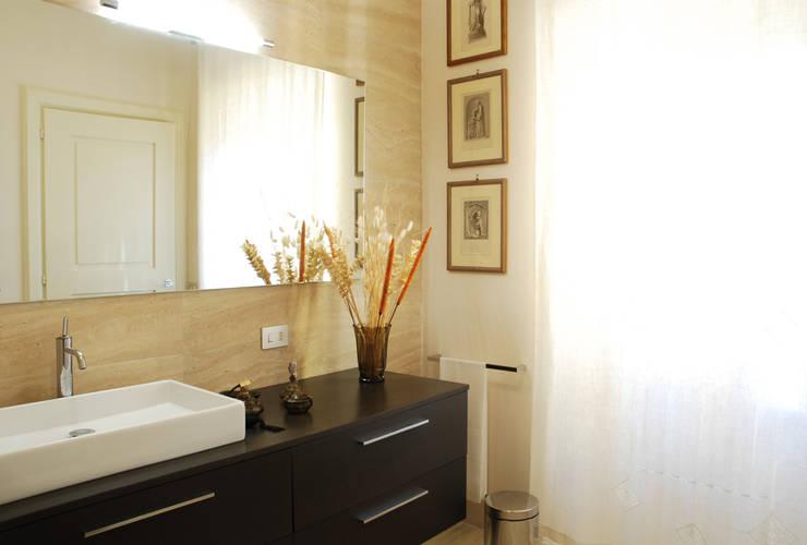Bagno: Bagno in stile in stile Rustico di OPERASTUDIO
