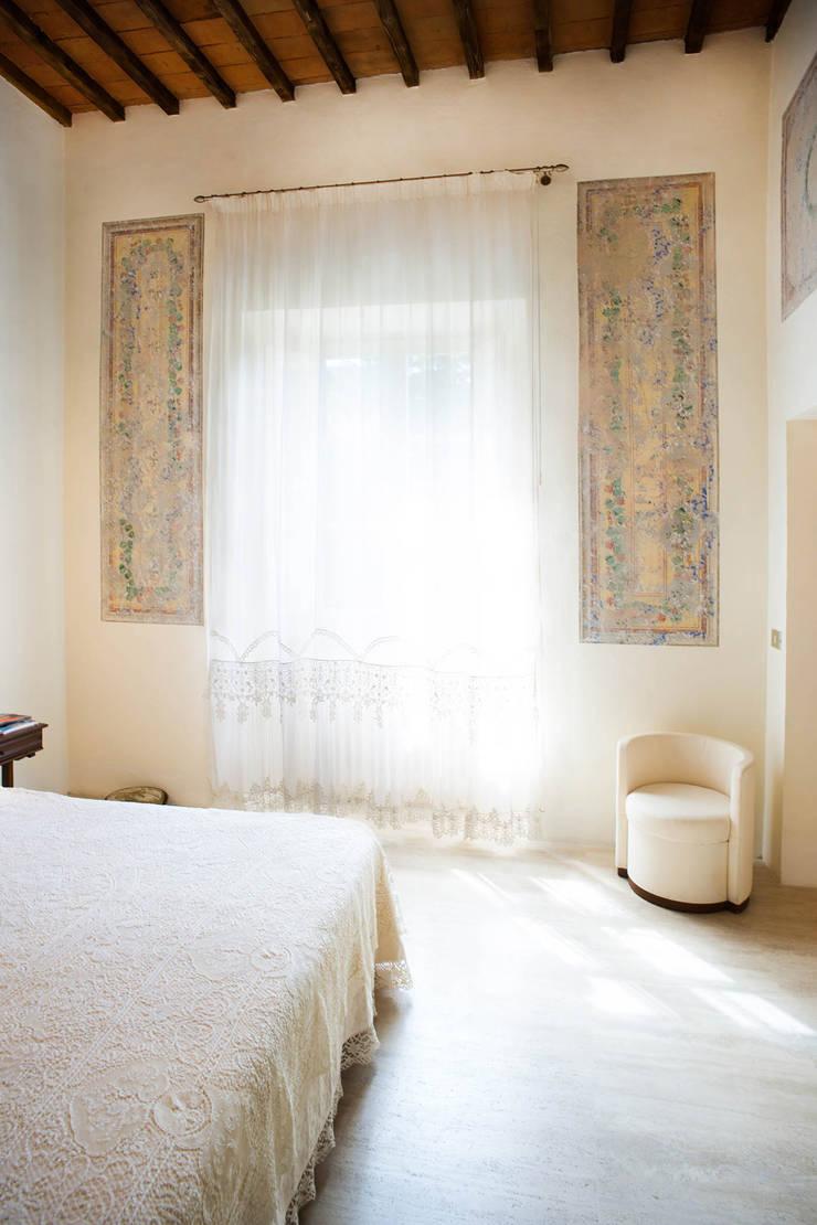 Camera : Camera da letto in stile  di OPERASTUDIO