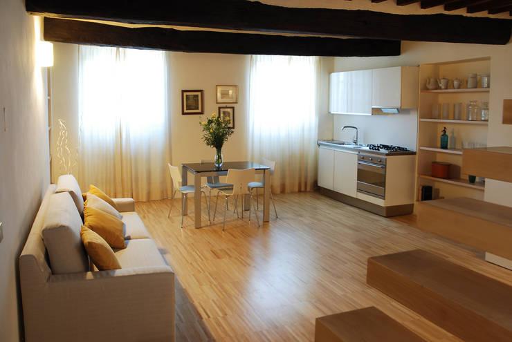 Villa Luce_Appartamento D: Soggiorno in stile in stile Rustico di OPERASTUDIO