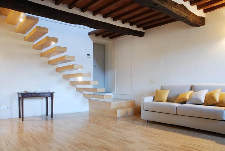 Salas / recibidores de estilo  por OPERASTUDIO