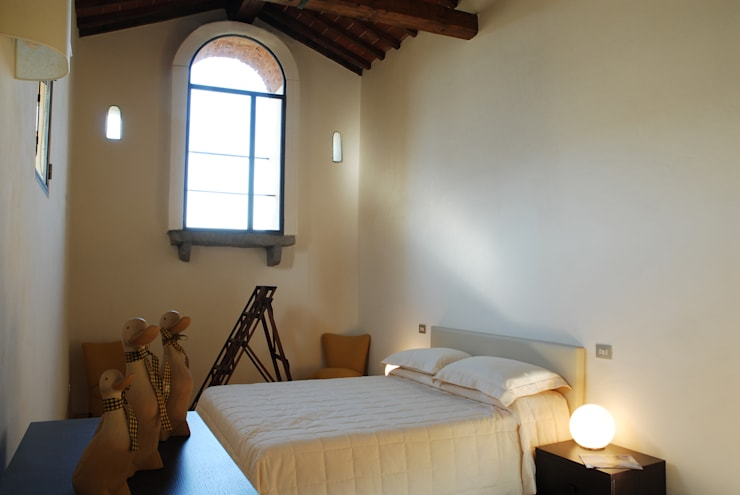 Camera: Camera da letto in stile in stile Rustico di OPERASTUDIO