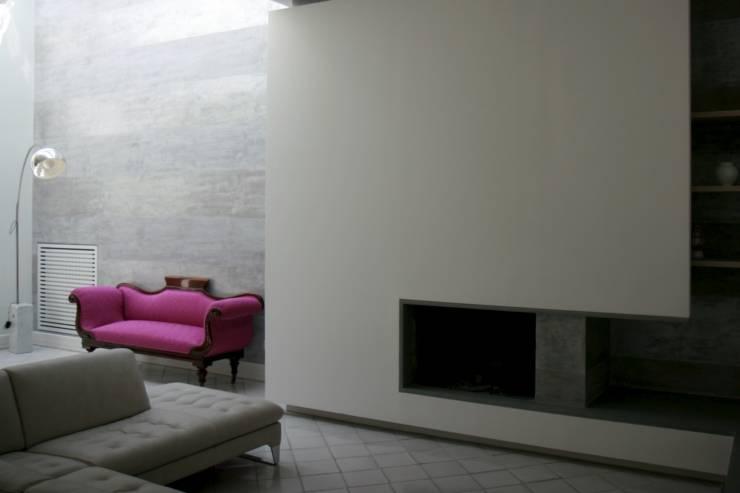 Appartamento L: Soggiorno in stile  di kuluridis