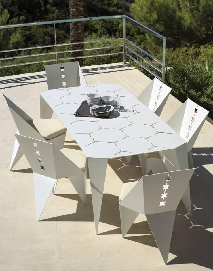 TERRAZA Y JARDÍN: Jardín de estilo  de Muebles Flores Torreblanca