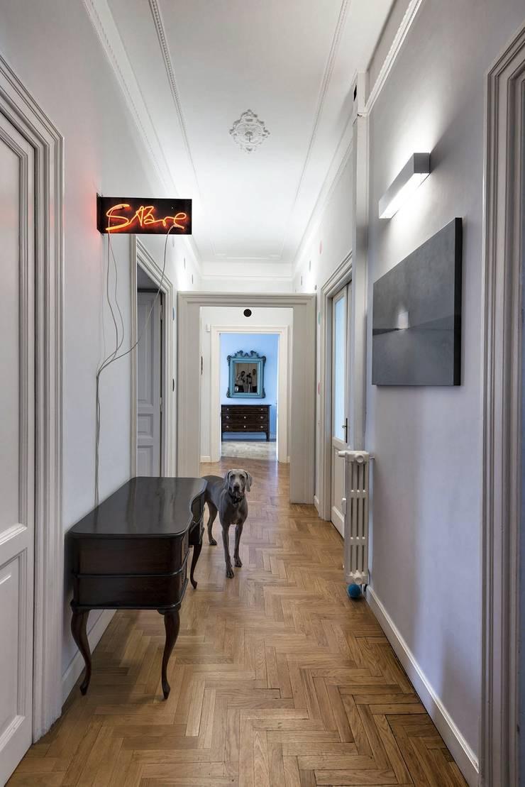 Prati House: Ingresso & Corridoio in stile  di Mohamed Keilani Architect