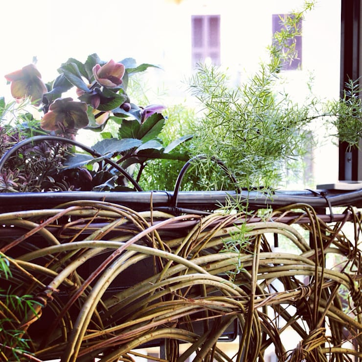 Dettaglio dell'allestimento del verde sul balcone: Casa in stile  di Mohamed Keilani Architect