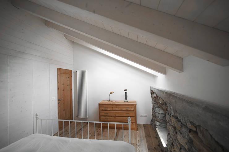 APPARTAMENTO IN MONTAGNA: Camera da letto in stile  di MIDE architetti
