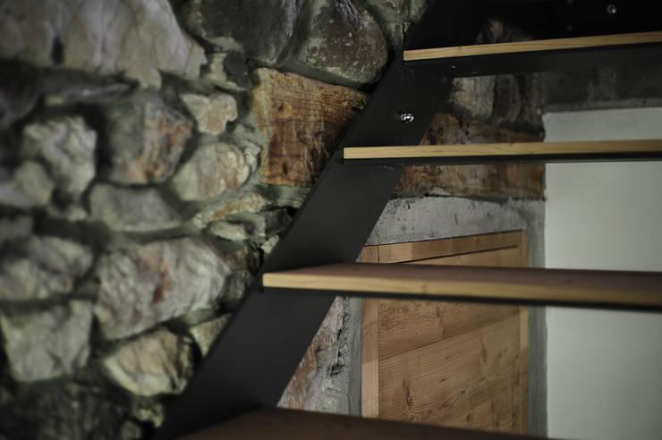 APPARTAMENTO IN MONTAGNA: Ingresso & Corridoio in stile  di MIDE architetti