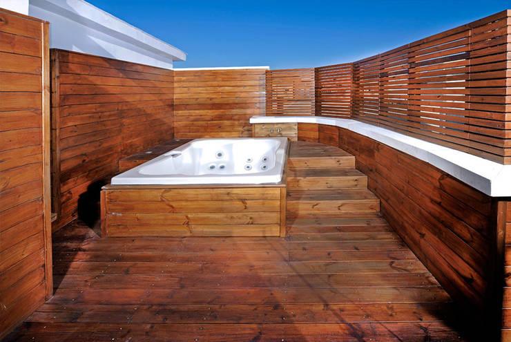Jacuzzi en el ático: Terrazas de estilo  de UNJARDINPARAMI