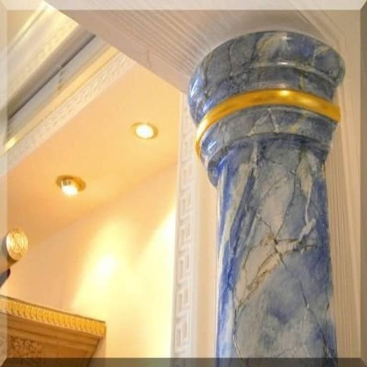 Vestíbulos, pasillos y escaleras de estilo  por Illusionen mit Farbe