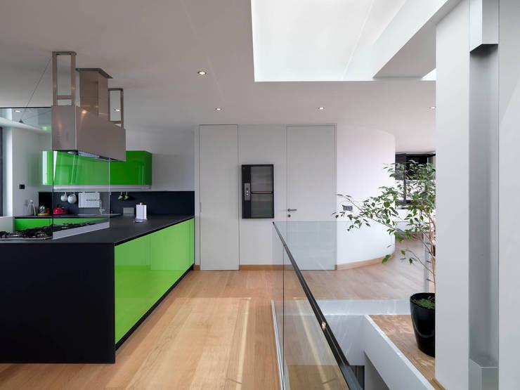 Cucina: Cucina in stile in stile Moderno di enzoferrara architetti