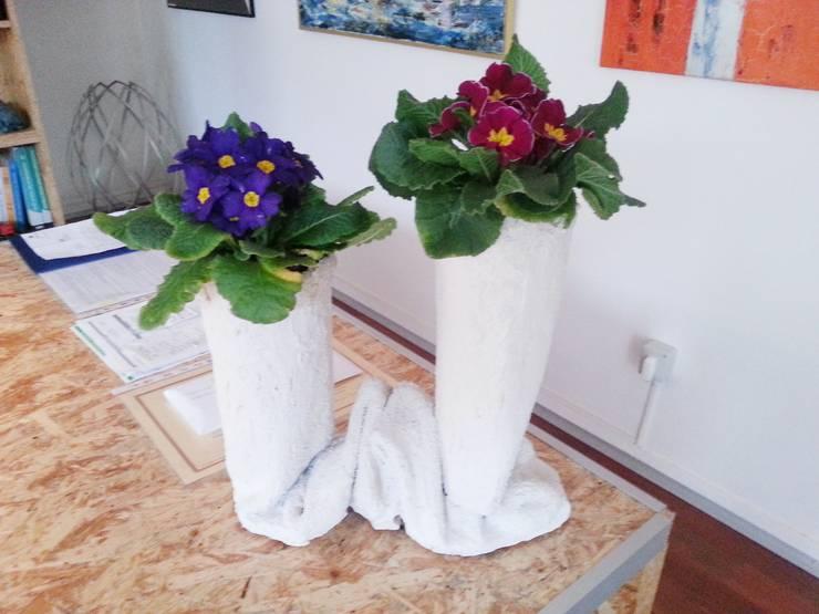 Vaso in Tessuto Cementato n°3-2013: Balcone, Veranda & Terrazzo in stile  di Architetto Daniele Stiavetti
