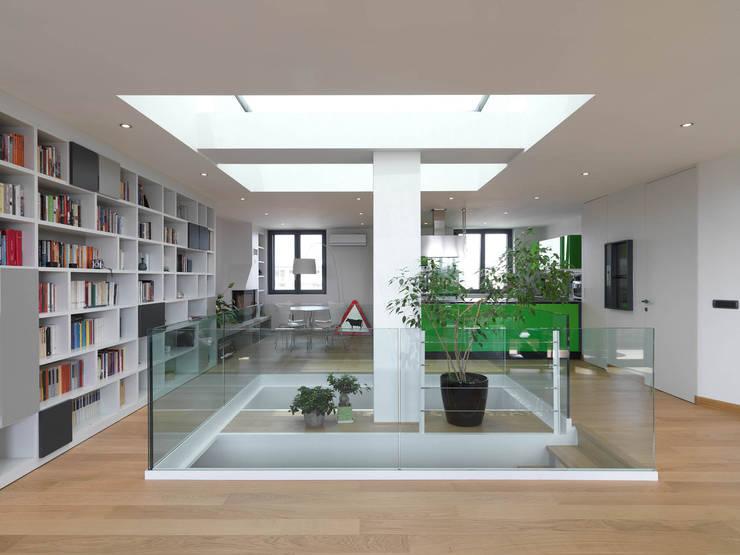 Sala: Soggiorno in stile  di enzoferrara architetti