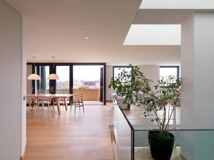 Sala: Sala da pranzo in stile  di enzoferrara architetti