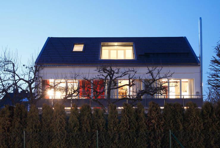 Dachaufstockung eines Einfamilienhauses:  Häuser von WSM ARCHITEKTEN