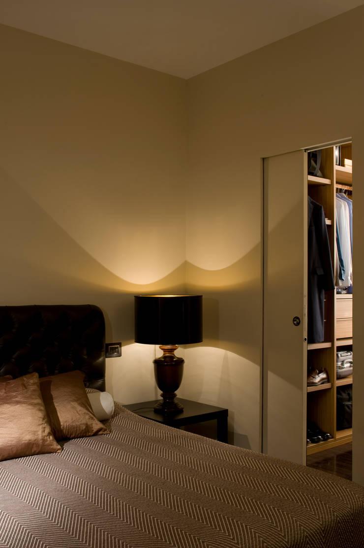 Trastevere Apartment: Camera da letto in stile  di Carola Vannini Architecture