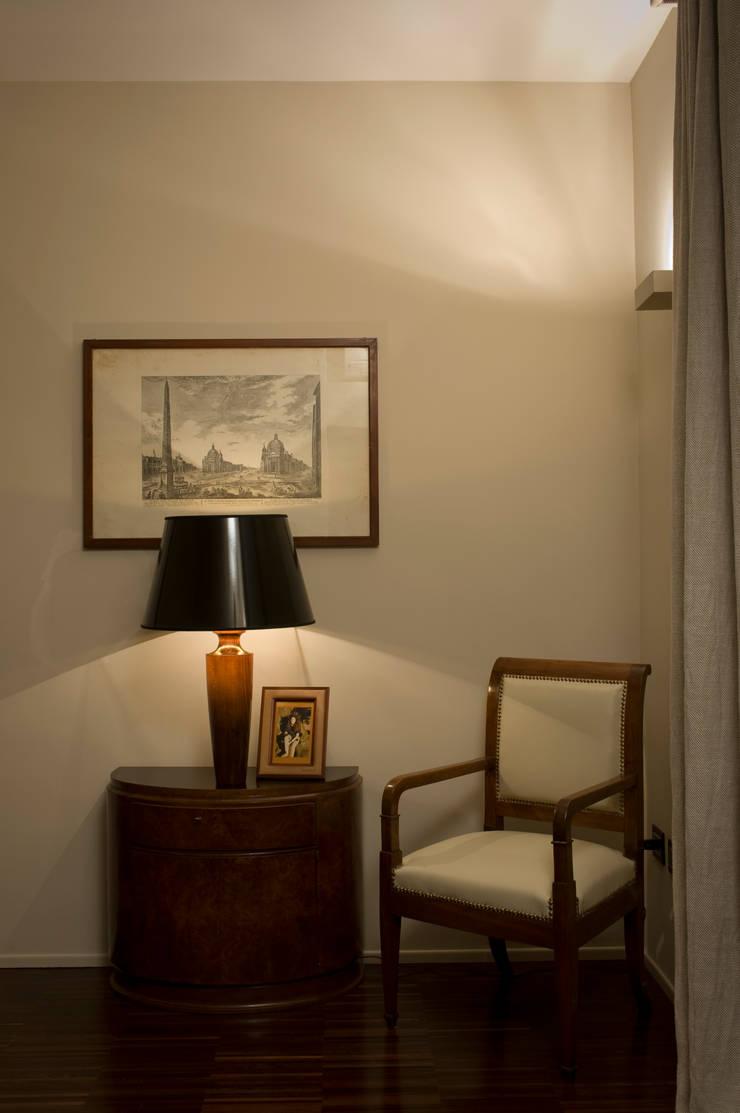 Trastevere Apartment: Ingresso & Corridoio in stile  di Carola Vannini Architecture