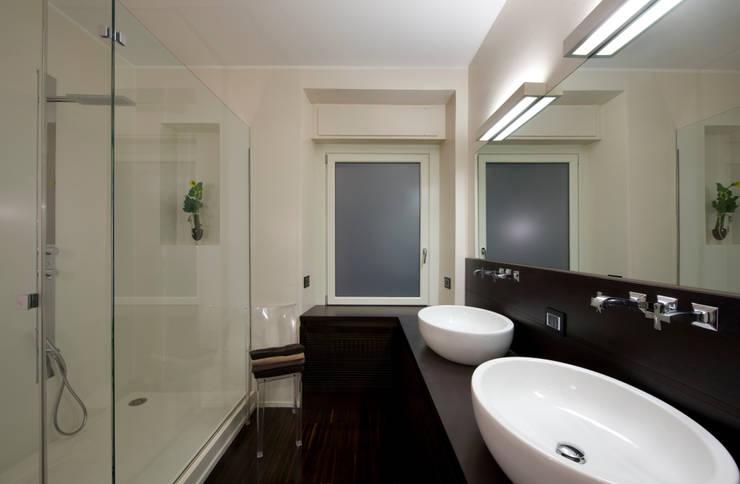 Trastevere Apartment: Bagno in stile  di Carola Vannini Architecture