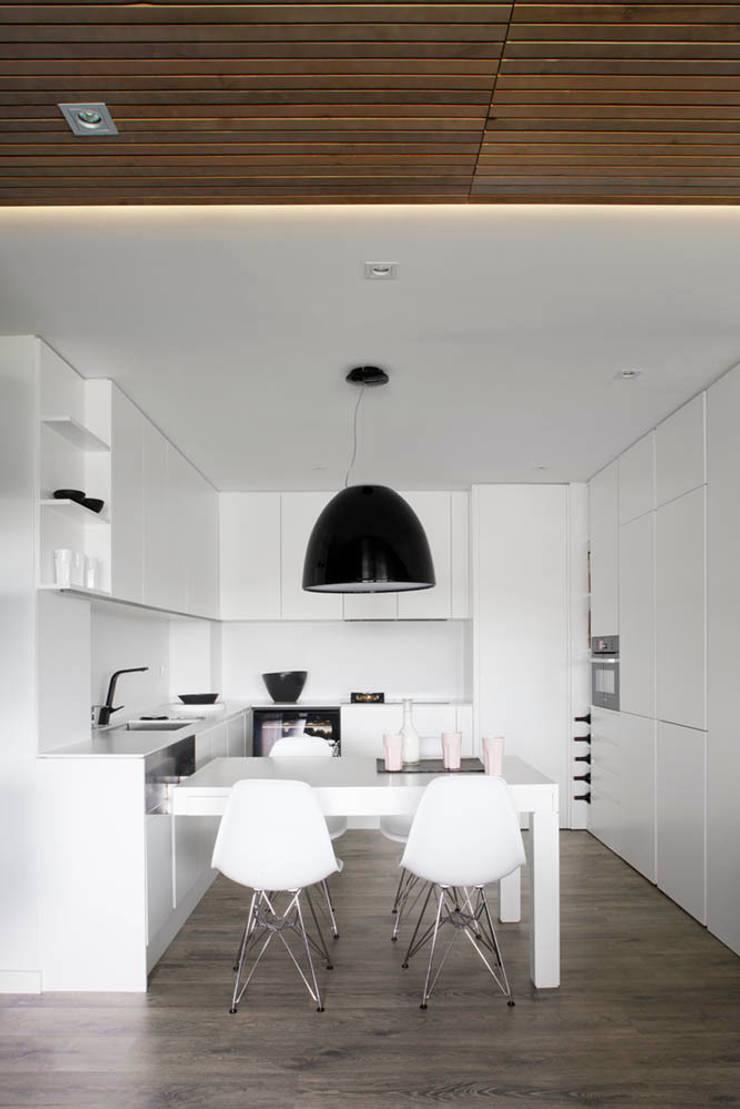 Expresión Transversal: Cocinas de estilo moderno de Susanna Cots Interior Design