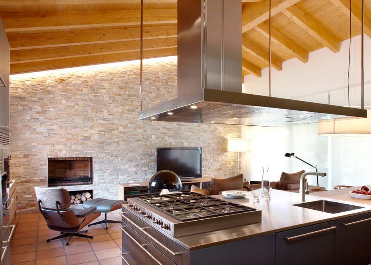 VIVIENDA ROQUETES: Cocina de estilo  de Meritxell Ribé - The Room Studio