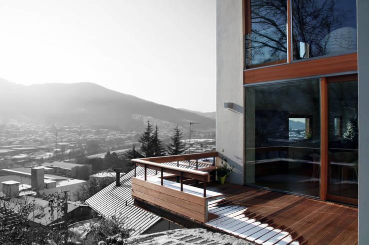Casa unifamiliare a Nembro-BG: Case in stile  di PBEB architetti