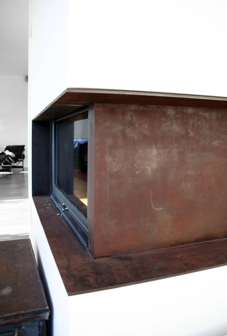 Casa unifamiliare a Nembro-BG: Soggiorno in stile  di PBEB architetti