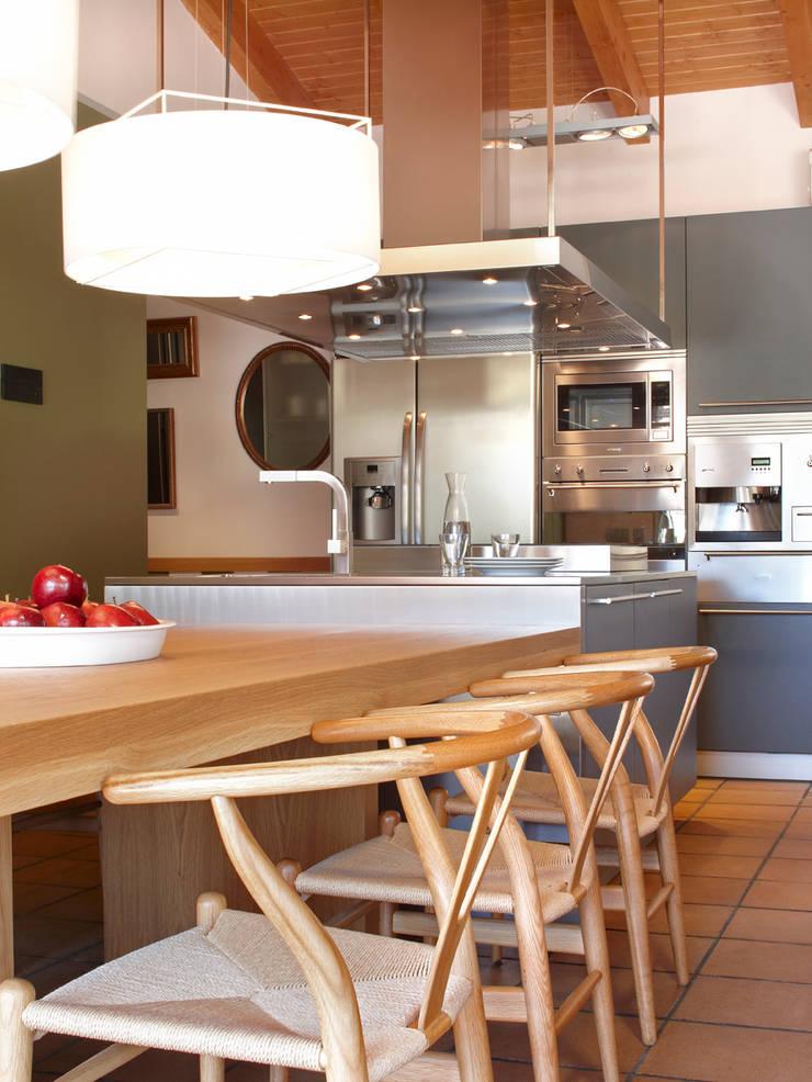 Cocinas de estilo rústico de The Room Studio Rústico