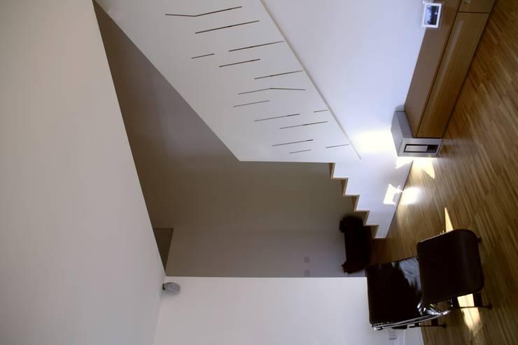 Casa unifamiliare a Nembro-BG:  in stile  di PBEB architetti