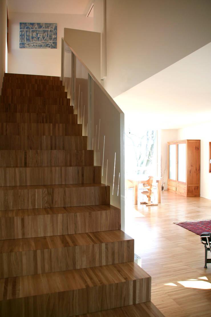 Casa unifamiliare a Nembro-BG: Ingresso & Corridoio in stile  di PBEB architetti