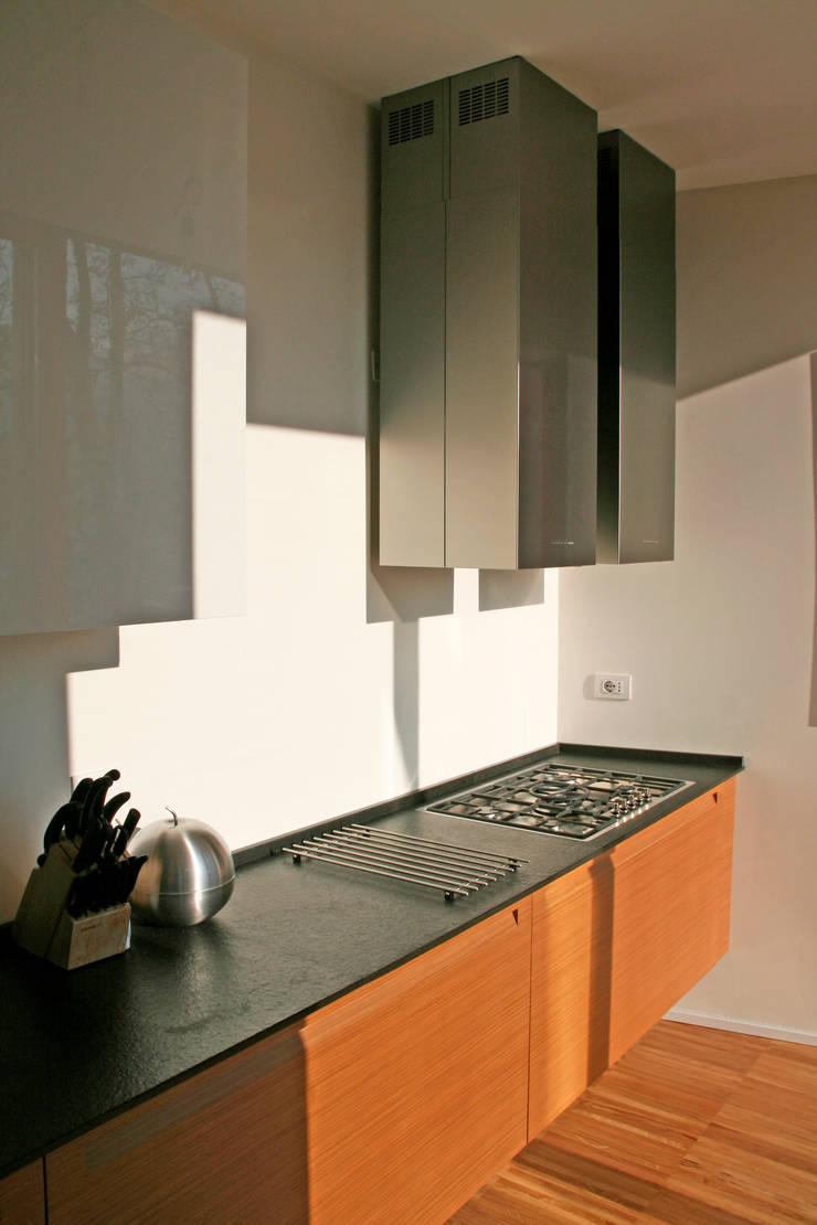 Casa unifamiliare a Nembro-BG: Cucina in stile in stile Moderno di PBEB architetti