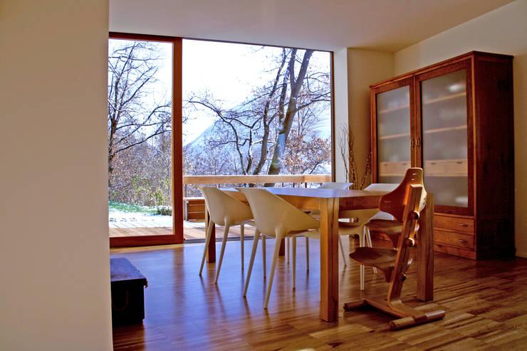 Casa unifamiliare a Nembro-BG: Sala da pranzo in stile  di PBEB architetti